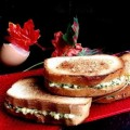горячие бутерброды с творогом и чесноком