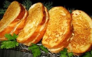 бутерброды с жаренным луком и сыром