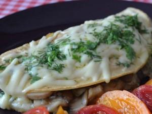 омлет с сыром, зеленью и грибами
