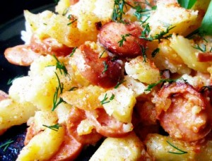 картофель с сосисками в горшочках